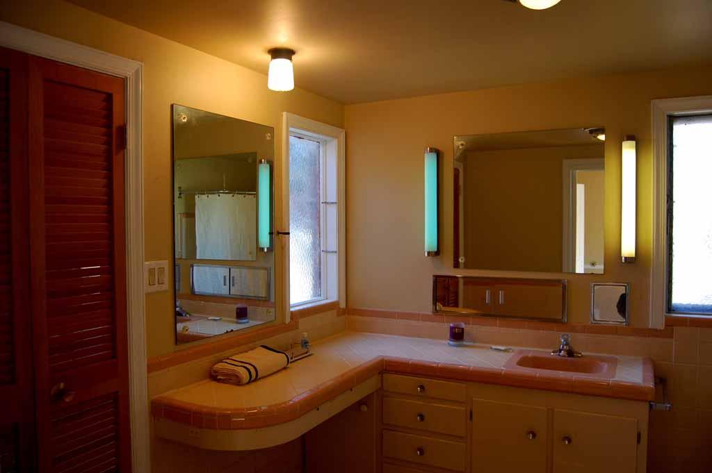 Pullman Bath Light: 3 Bed, 2 Bath, 2 Car Florence Park Bungalow: 1611 S