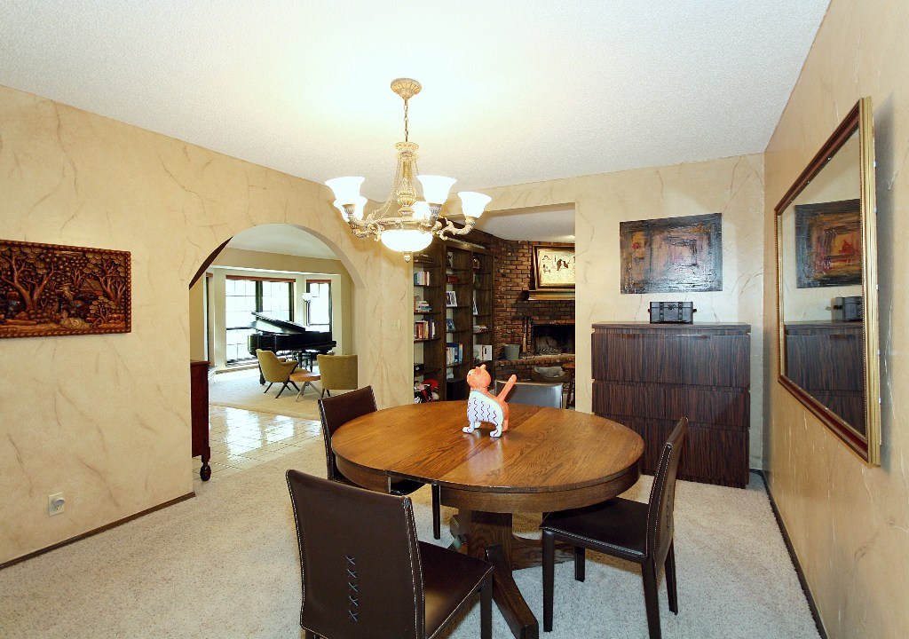 Separate formal dining room
