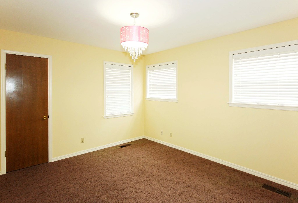 4 bedroom 1 level traditional brick home north of southern for Southern closets