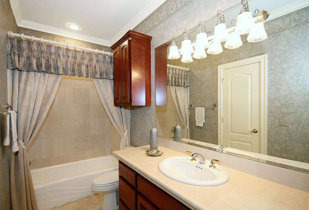 Pullman bath with entrance from hall and 2nd bedroom