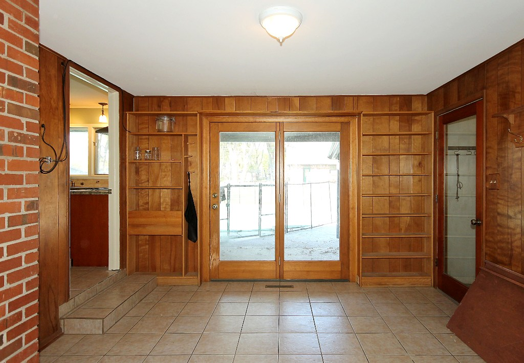 mudroom and laundry in tulsa home for sale with pool and acre