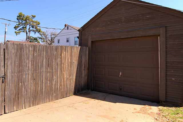 detached 1-car garage