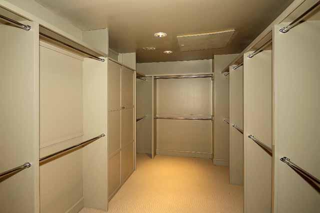 21 master bed closet