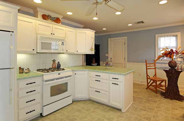 spacious kitchen with breakfast nook - midtown Tulsa home for sale