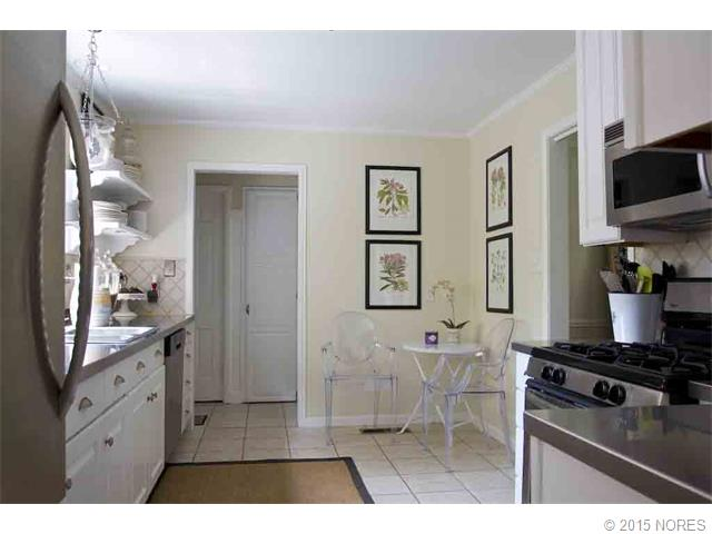 A charming eat-in kitchen.